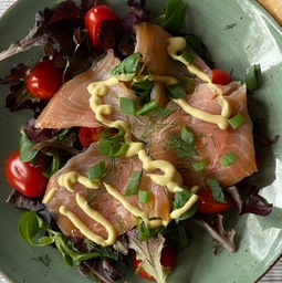 Salade/Zalm/dressing/brood/boter